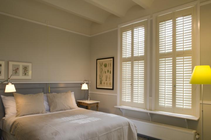 Witte JASNO shutters in Hotel Villa Augustus in Dordrecht