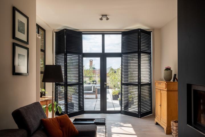 Zwarte shutters voor tuindeuren